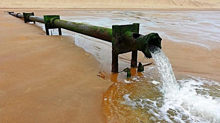 Abwasser, das ins Meer gelangt